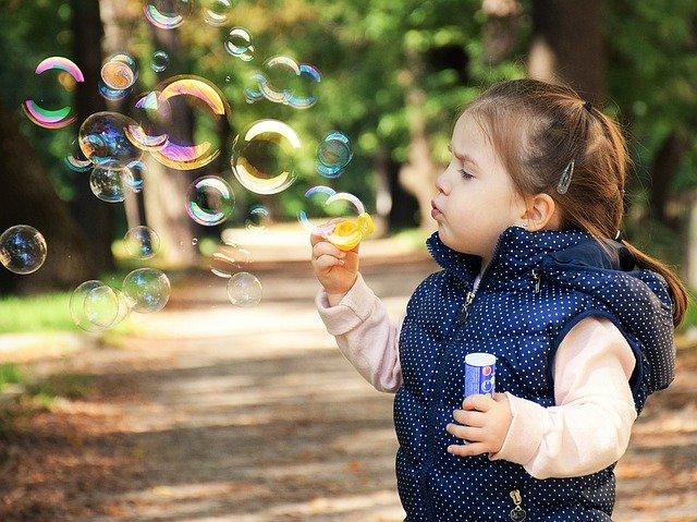plezier genieten kind spelen bellenblazen zeepbel
